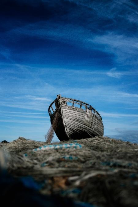 Постер на подрамнике Старая лодка на фоне неба