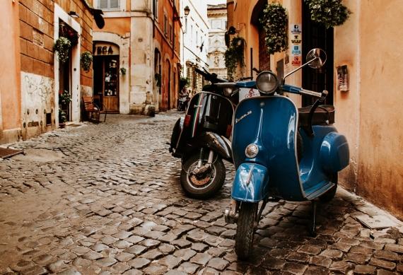 Постер (плакат) Vespa на старой улице. Рим, Италия
