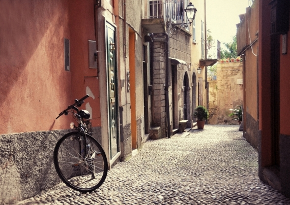 Постер (плакат) Велосипед на улочке города Белладжио