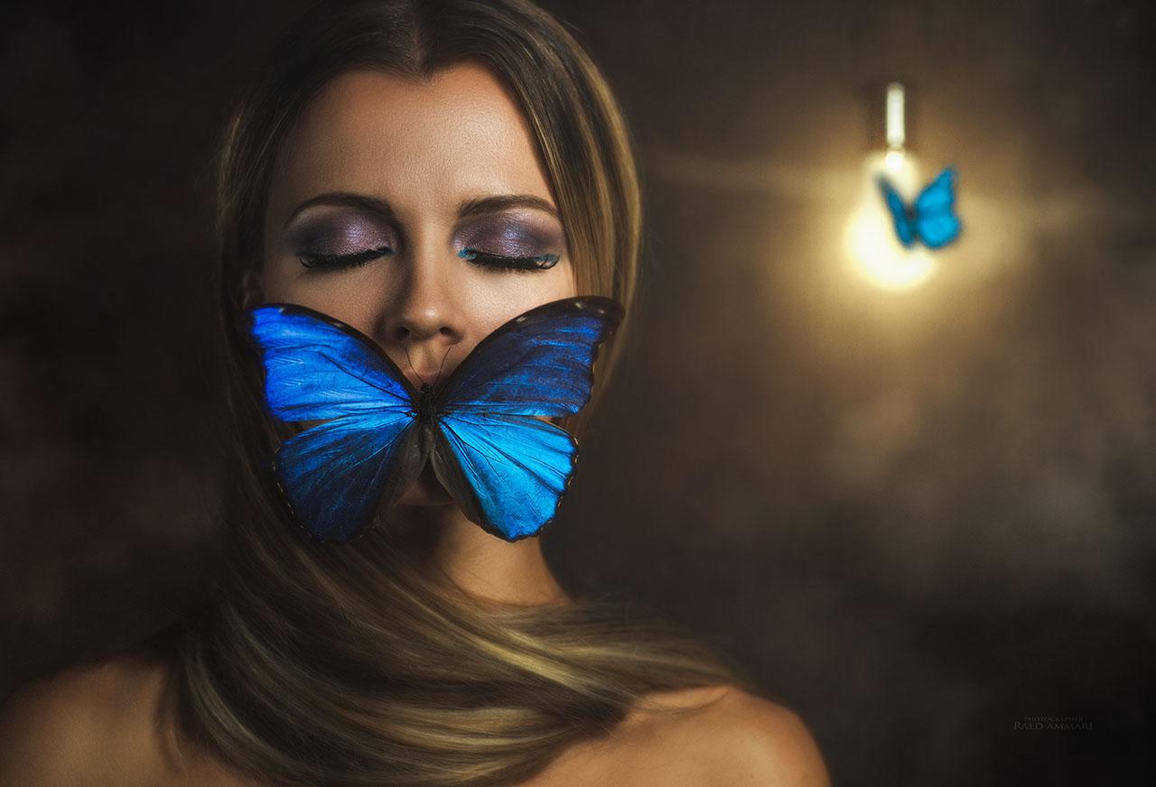 Плакат Голубая бабочка на лице