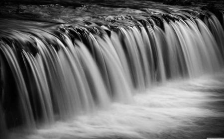 Постер на подрамнике Водопад в черно-белых цветах