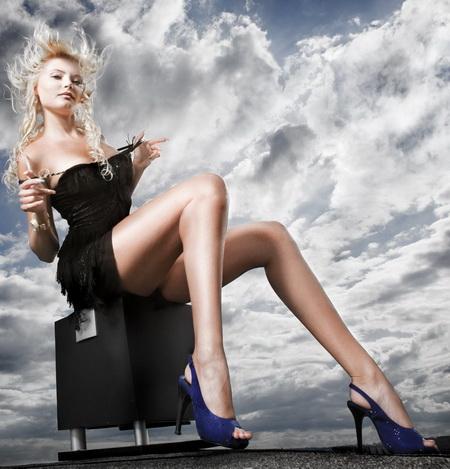 Постер на подрамнике Блондинка в синих туфлях