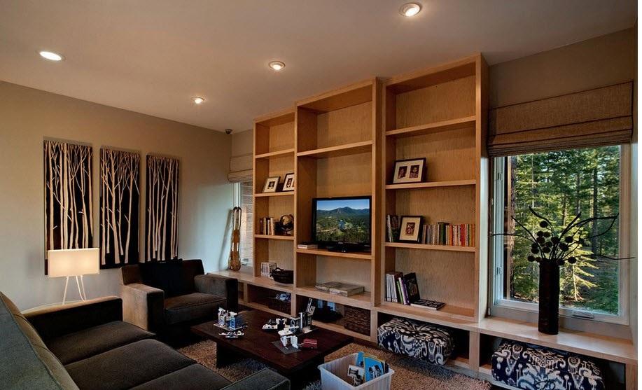 В гостиной можно разместить картину на конкретном участке стены